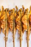 Piec na grillu kurczak rozprzestrzeniali out z bambusowym kijem Zdjęcia Stock