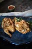 Piec na grillu kurczak Tabaka z kumberlandem na kamienia talerzu jpg Zdjęcie Stock
