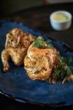 Piec na grillu kurczak Tabaka z kumberlandem na kamienia talerzu jpg Obrazy Royalty Free