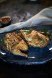 Piec na grillu kurczak Tabaka z kumberlandem na kamienia talerzu jpg Fotografia Royalty Free
