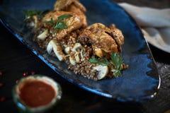 Piec na grillu kurczak Tabaka z kumberlandem na kamienia talerzu jpg Zdjęcia Stock