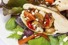 Piec na grillu kurczak w ciepłym pitta chlebie Fotografia Royalty Free