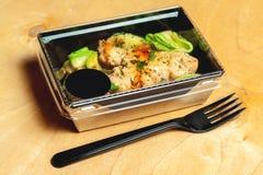 Piec na grillu kurczak z avocado, pietruszki i potomstw cebulami, Obraz Royalty Free
