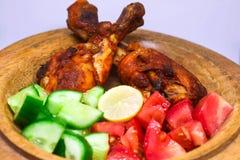 PIEC NA GRILLU kurczak Z cytryną, pomidorami I ogórkiem, zdjęcia stock