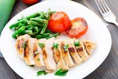 Piec na grillu kurczak z fasolkami szparagowymi i pomidorami Zdjęcie Royalty Free