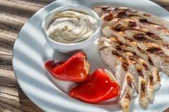 Piec na grillu kurczak z faszerującym tahini kumberlandem i pieprzami Obraz Stock