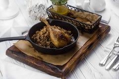 Piec na grillu kurczak z garnirunkiem na desce obrazy stock