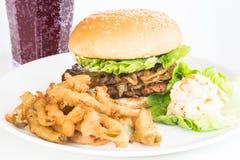 Piec na grillu kurczaka hamburger z jalapeno sałatką i dłoniakami Obraz Stock