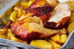 Piec na grillu kurczaka mięso, noga, udo z piec grulami Boczny widok, zamyka up zdjęcia stock