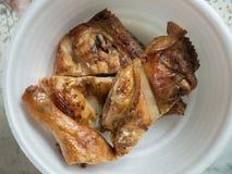 Piec na grillu kurczaka plasterek w piankowej filiżance Fotografia Royalty Free