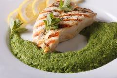 Piec na grillu kurczaka polędwicowa i mashed mennica z zielonych grochów zakończeniem Obrazy Stock