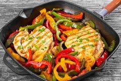 Piec na grillu kurczaka polędwicowy i smażący dzwonkowy pieprz, zakończenie Obraz Royalty Free