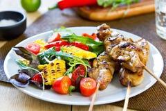 Piec na grillu kurczaka skewer z sałatką Obraz Stock