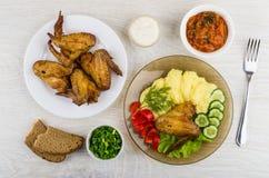 Piec na grillu kurczaka skrzydło z puree ziemniaczane, warzywa, siekał oni Obraz Stock
