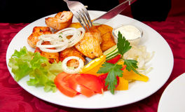 Piec na grillu kurczaka stek, piec grule i warzywa z nożem, rozwidlenie Obraz Stock