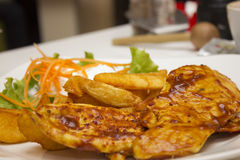 Piec na grillu kurczaka stek z gorącym sos Zdjęcia Stock