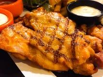 Piec na grillu kurczaka stek z sosu kumberlandem, tam jest Francuskimi dłoniakami i sałatką z kremowym kumberlandem na bocznych n zdjęcie royalty free