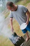 Piec na grillu mężczyzna Zdjęcia Royalty Free