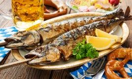 Piec na grillu makreli ryba z piwem i preclem Fotografia Stock