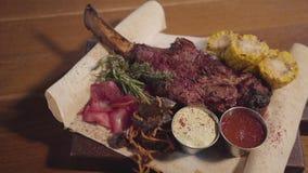 Piec na grillu mięso z ziobro kości lying on the beach na pita z czerwoną kapustą, kukurudza, pieczarki, marchewka i kumberlandy, zbiory wideo
