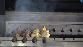 piec na grillu mięśni skewers Mięsny wirować na skewer Karmowy opieczenie na grillu zdjęcie wideo