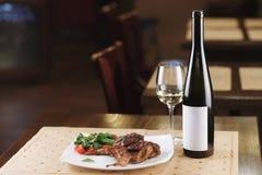Piec na grillu mięsna i jarzynowa sałatka na stole fotografia stock