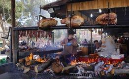 Piec na grillu mięso kiełbasy i zdjęcia royalty free
