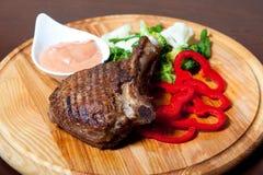 Piec na grillu mięso na kości z kumberlandem Fotografia Royalty Free