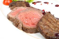 Piec na grillu mięso pokrajać na talerzu Fotografia Stock