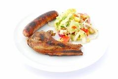 Piec na grillu mięso z boczną sałatką Zdjęcia Royalty Free