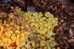 Piec na grillu mięso z kartoflanym garnirunkiem zdjęcia stock