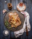 Piec na grillu mięso z pikantność na żelaznej wypiekowej tacy z pieluchą rozwidleniem na nieociosanym drewnianym tle i, odgórny w Zdjęcie Stock