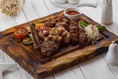 Piec na grillu mięso z pomidorem, cebulą i kumberlandem, obraz stock