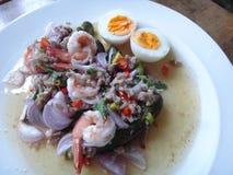 Piec na grillu oberżyny sałatkowe z gotowanym jajkiem Zdjęcie Stock