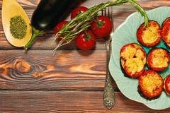 Piec na grillu oberżyny z serem i pomidorami, śródziemnomorski naczynie obraz stock