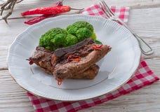 Piec na grillu ones ziobro z brokułami zdjęcia stock