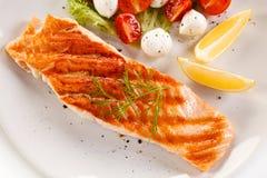 piec na grillu łososiowi warzywa obrazy royalty free