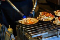 Piec na grillu owoce morza na seashell, japoński uliczny jedzenie Zdjęcie Royalty Free