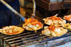 Piec na grillu owoce morza na seashell, japoński uliczny jedzenie Fotografia Stock