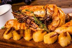 Piec na grillu owoce morza z ziele, pikantność i cytryną na drewnianej desce, zdjęcia royalty free