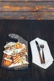 Piec na grillu pita chleb z serem na drewnianej desce obraz royalty free
