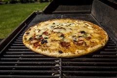 Piec na grillu pizza dla gościa restauracji zdjęcie stock
