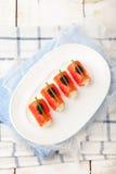 Piec na grillu pokrajać grill wieprzowiny ziobro z kapuścianej sałatki cole slaw w talerzu na drewnianym tle Obrazy Royalty Free