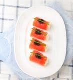 Piec na grillu pokrajać grill wieprzowiny ziobro z kapuścianej sałatki cole slaw w talerzu na drewnianym tle Zdjęcia Royalty Free