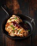 Piec na grillu pokrajać kurczak pierś z cranberry kumberlandem w mini obsady żelaznej smaży niecce fotografia royalty free