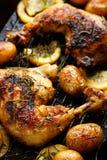 Piec na grillu rozmarynowe cytryna kurczaka ćwiartki z piec grulami zdjęcia stock