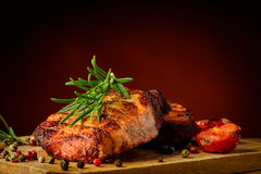 Piec na grillu rozmaryny i mięso Zdjęcia Royalty Free