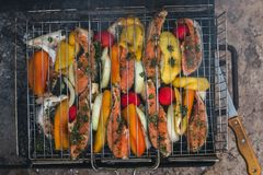 Piec na grillu ryba z pikantność na ogieniu obraz royalty free