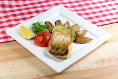 Piec na grillu ryba z warzywami na białego kwadrata talerzu Obrazy Stock