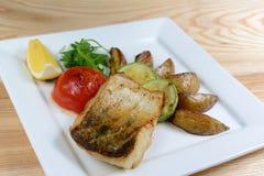 Piec na grillu ryba z warzywami na drewnianym stole, zakończenie Obrazy Stock